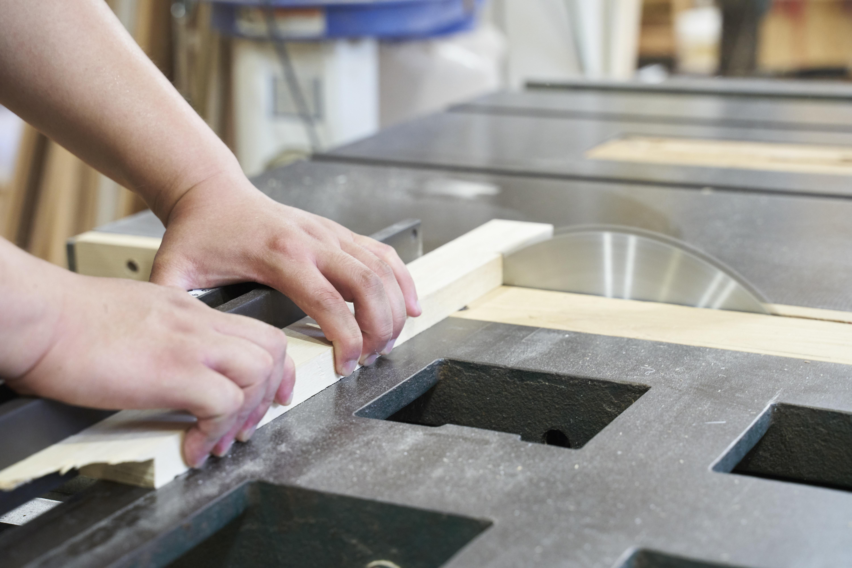 熟練の職人が一点一点、手作業で制作をおこないます